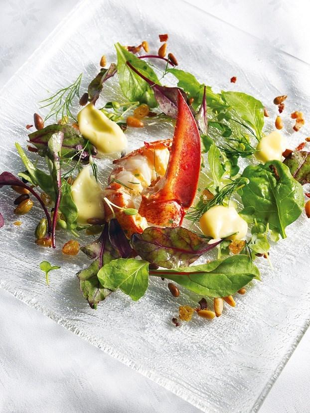 Салат с шампиньенами, беконом и листьями салата